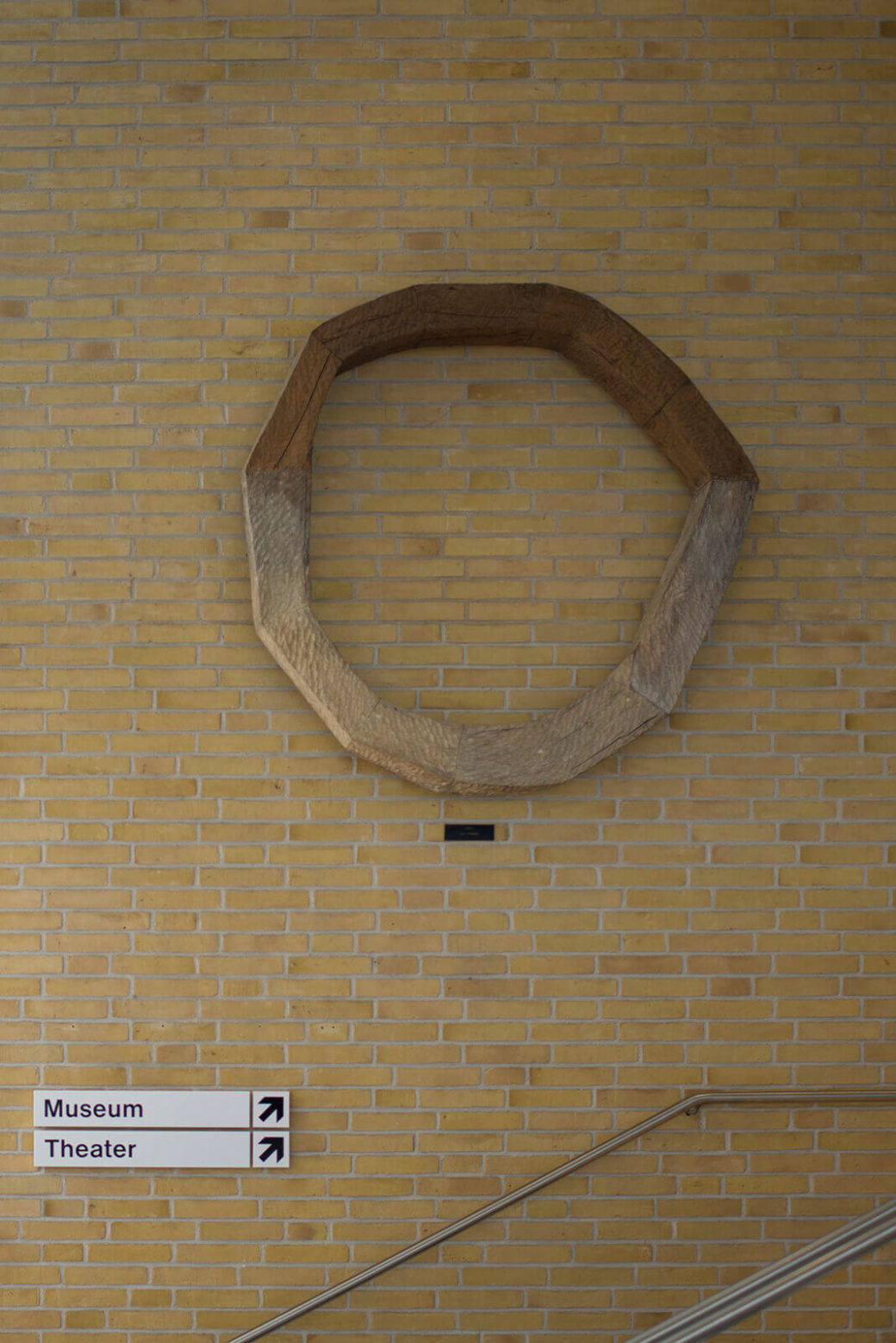 Ulrich Lindow: Kreis aus Mooreiche, (Foto: KUNST@SH/Jan Petersen, 2017)