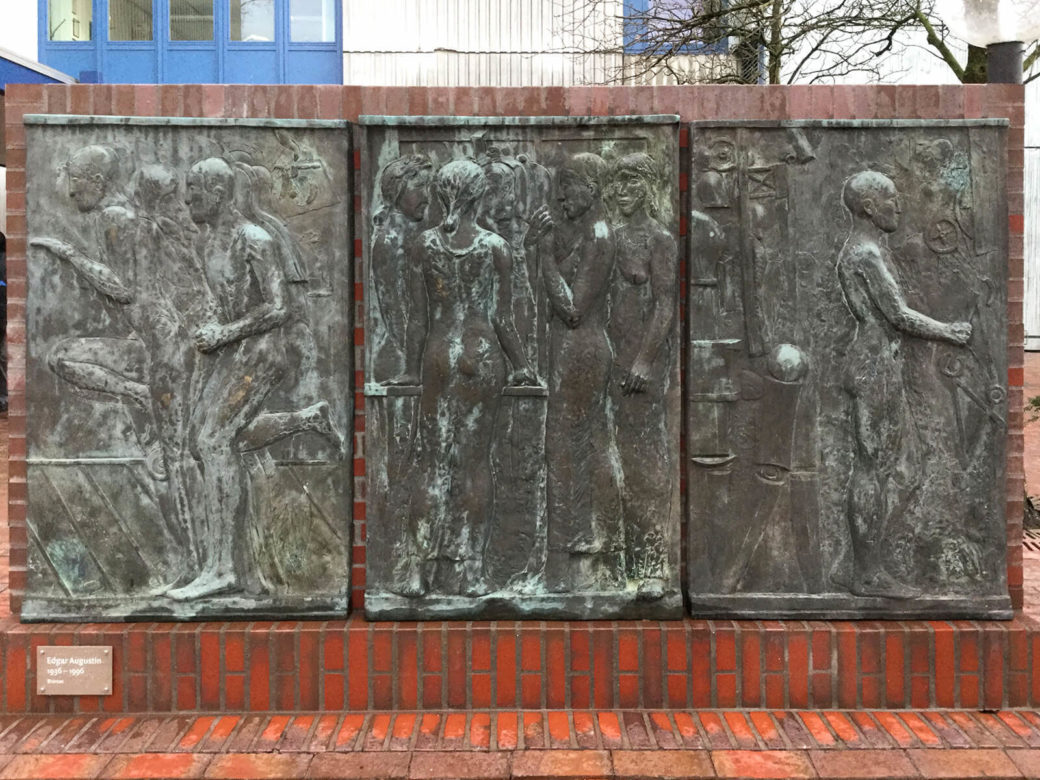 Edgar Augustin: Bronzerelief, (Foto: KUNST@SH/Helmut W. Schiffler, 2017)