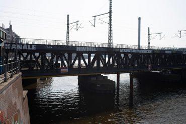 Rémy Zaugg: Kanäle Himmel Eisenbahnbrücke …, (Foto: KUNST@SH/Jan Petersen, 2018)