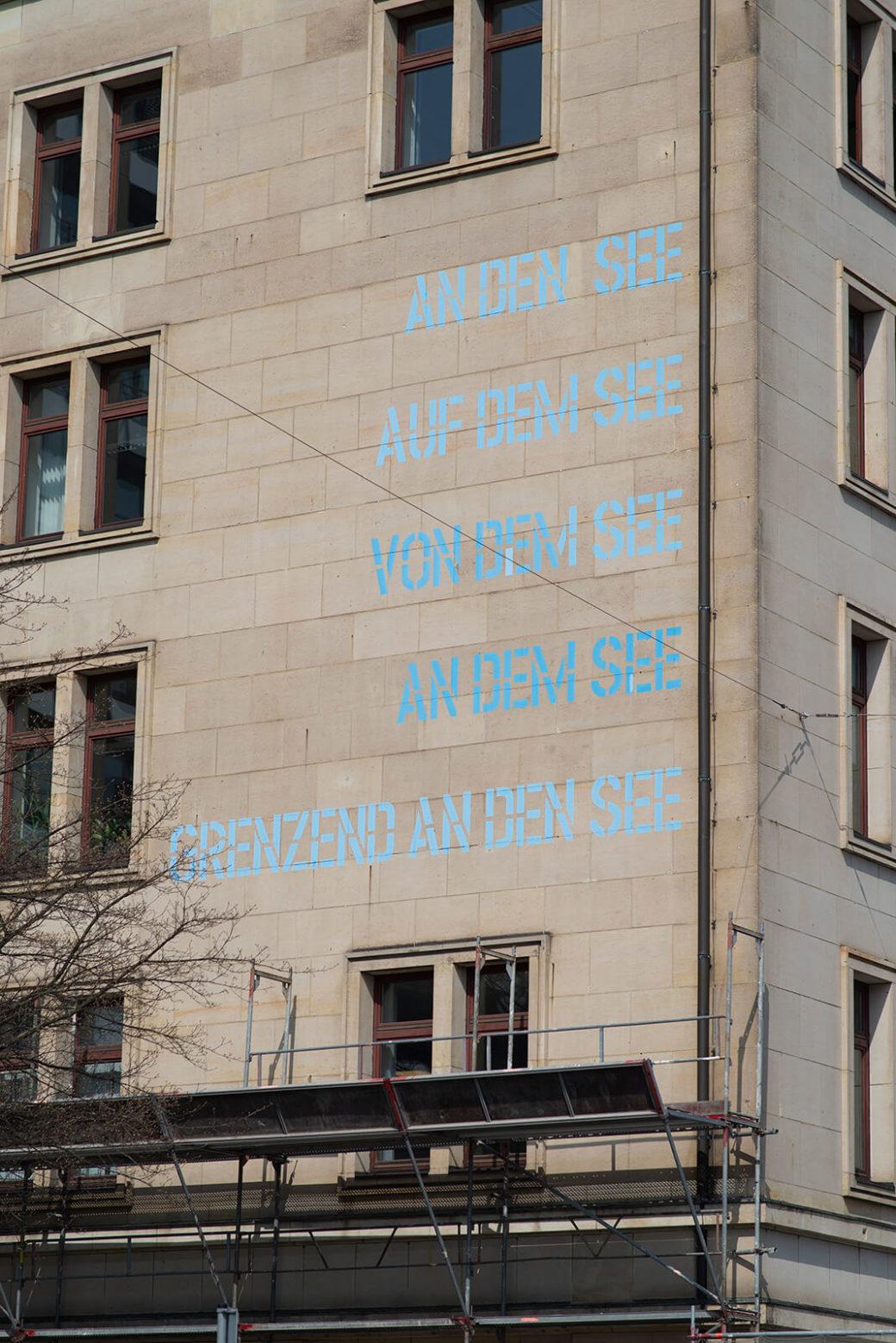 Lawrence Weiner: An den See …, (Foto: KUNST@SH/Jan Petersen, 2018)