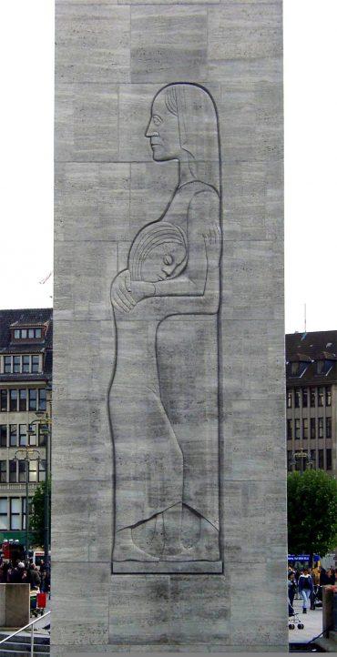 Trauernde Mutter mit Kind, Foto: Wikipedia (gemeinfrei, 2004)