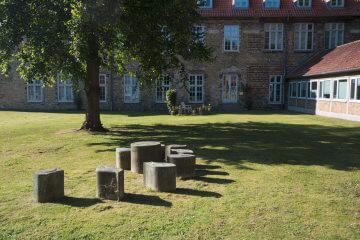 Peter Heine: Sandstein-Blumensitzgruppe, (Foto: KUNST@SH/Jan Petersen)