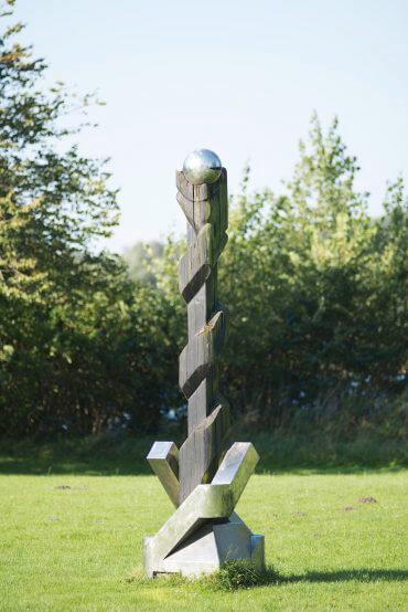 Volkmar Haase: Stele mit Kugelkopf, (Foto: KUNST@SH/Jan Petersen)