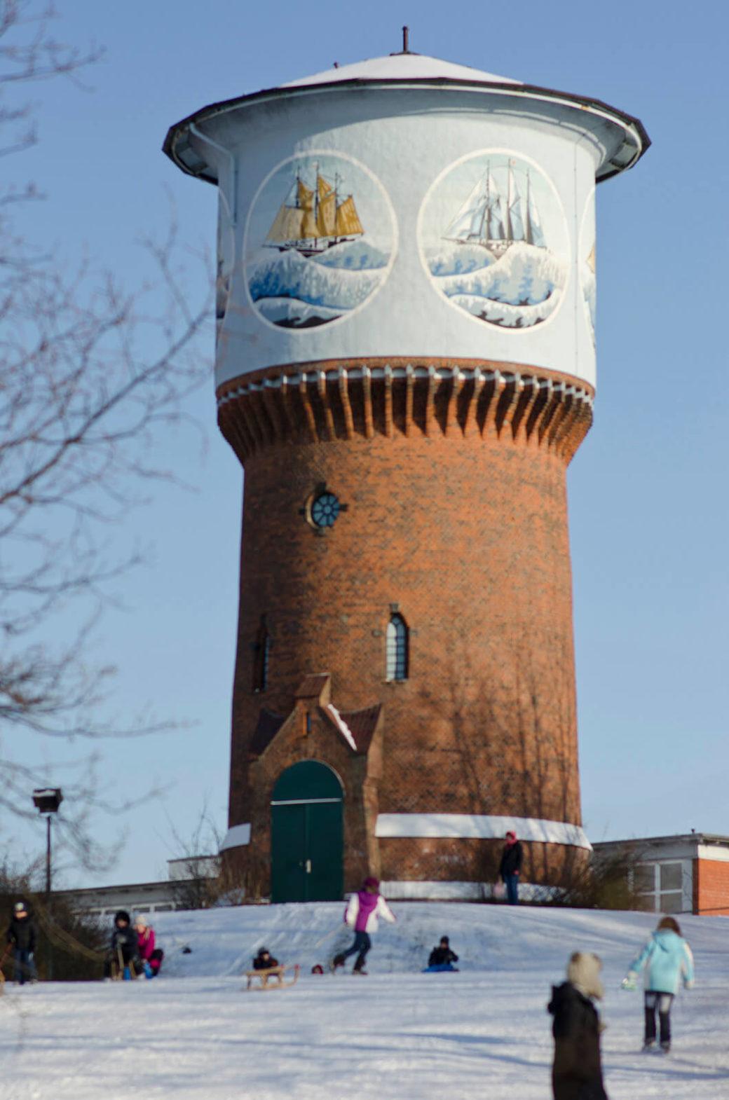 Schiffsmotive am Wasserturm in Kiel-Dietrichsdorf, (Foto: KUNST@SH/Jan Petersen)